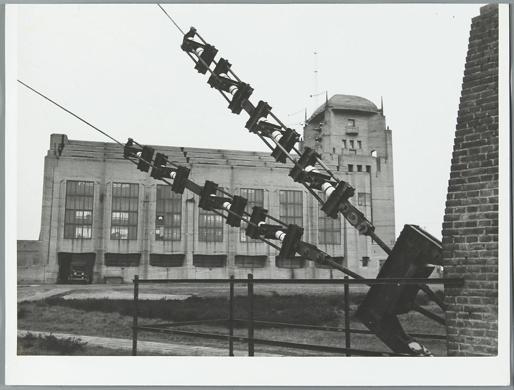 het hoofdgebouw van Radio Kootwijk en een gespannen kabel van een van de zendmasten