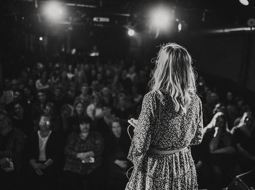 Frau Herz auf der Bühne