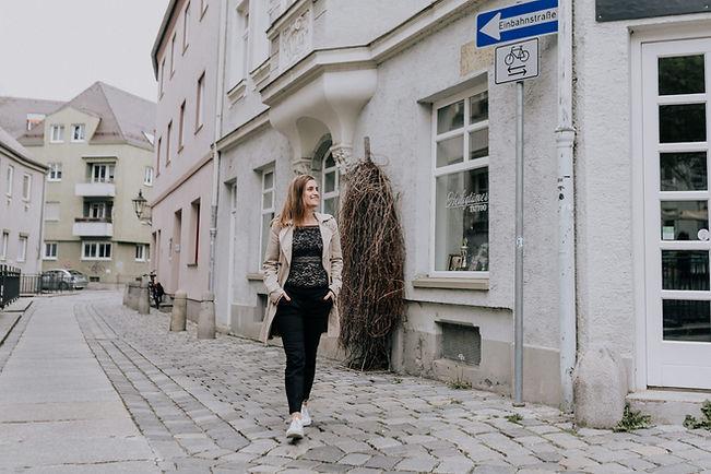 Tanja geobl in einer Einbahnstraße