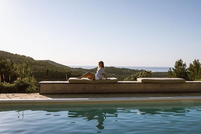 Tanja Goebl vor pool auf Liege in griechenland