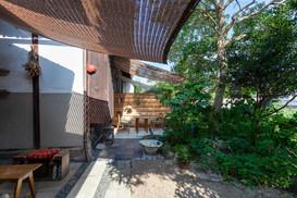 庭の木陰テラスでおくつろぎください。