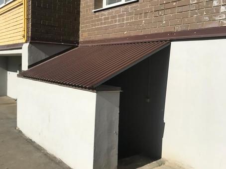 Монтаж навесов над входами в подвал