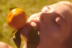 woman-eating-orange-tangerine-organic-he