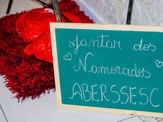 Noite romântica embala casais apaixonados na ABERSSESC no Dia dos Namorados