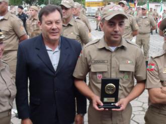 ABERSSESC homenageia primeiro colocado do Curso de Formação de Cabos da PMSC