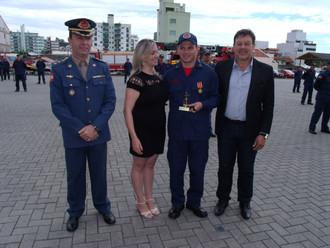 ABERSSESC homenageia primeiro colocado do Curso de Formação de Cabos do CBMSC