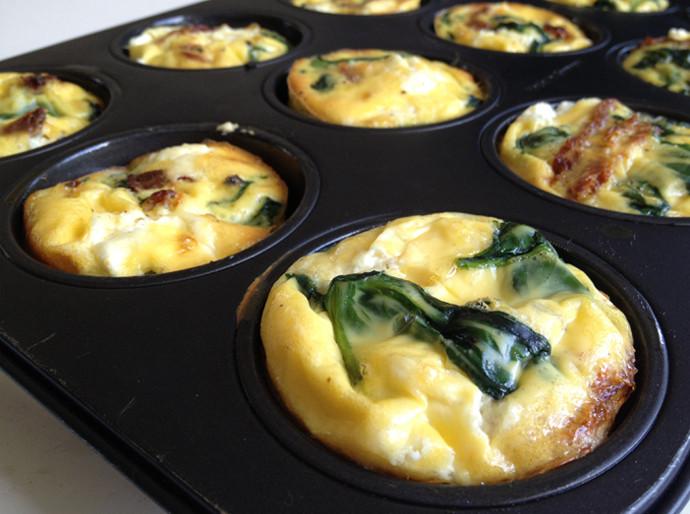 mini-frittatas-met-spinazie-geitenkaas-en-zongedroogde-tomaat-ei-muffins-ei-rece