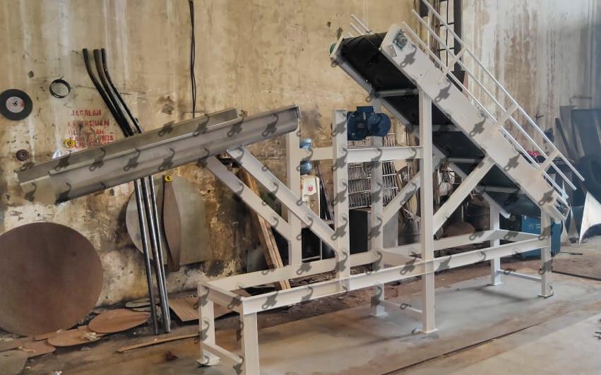 Conveyor for flour sacks