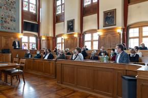 Andreas Strehle, Präsident des Vereins Stolpersteine Schweiz, präsentierte die höchst unterschiedlichen Schicksale und Lebenswege der ersten sieben Menschen, für die in Zürich ein Stolperstein gesetzt wurde.