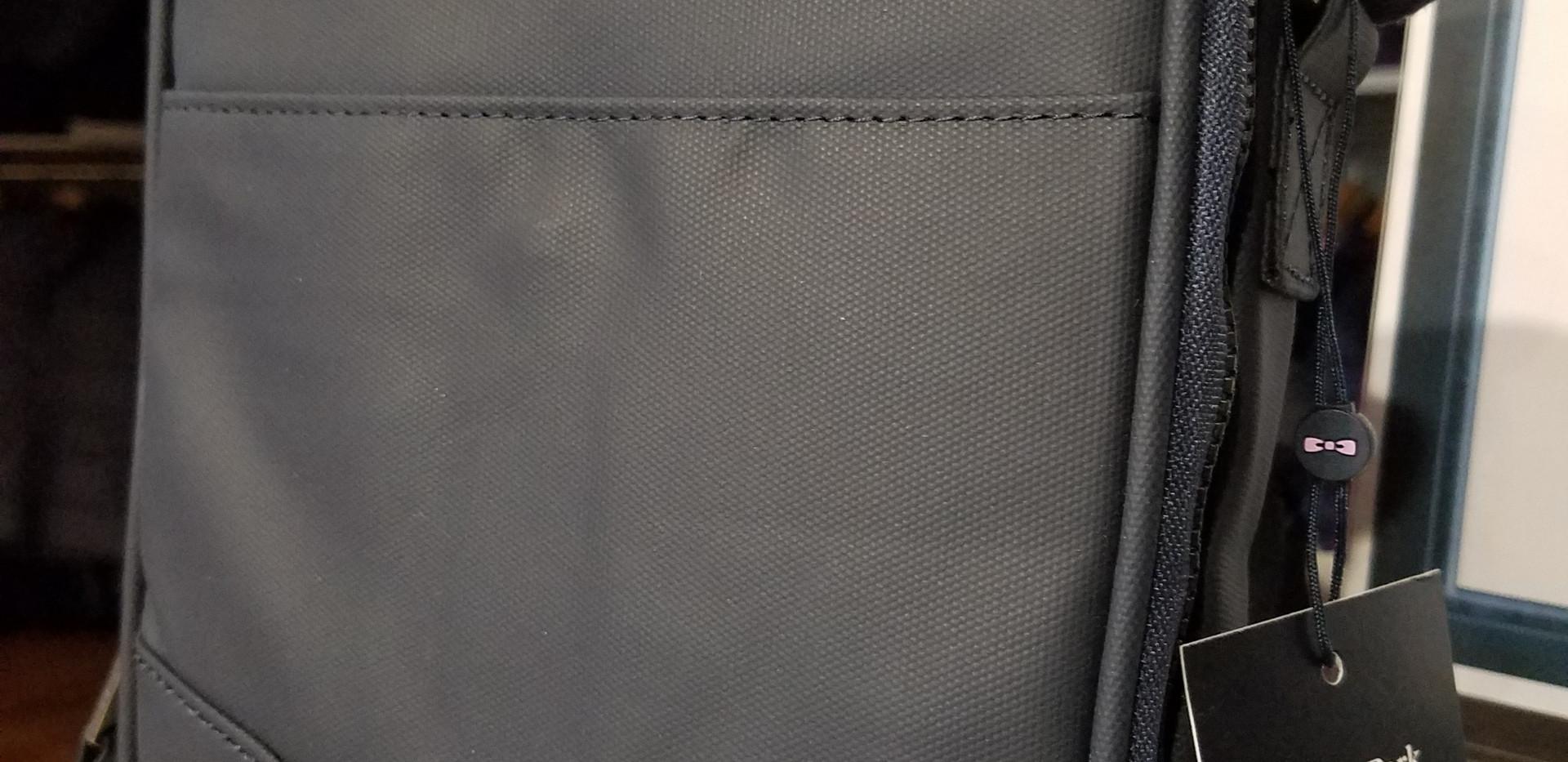 Petite besace Hexa bleu marine avec bandoulière  Surpiqûres en forme de nœud, bandoulière ajustable, poches multiples et bande tricolore, cette petite besace bleu marine déploie des trésors d'imagination pour vous plaire cette saison. Un accessoire à adopter sans hésiter.      Dimensions 16 cm     Bandoulière ajustable     Bande tricolore arrière     Poche extérieure plaquée magnétique     Deux poches extérieures avec zip tricolore     Multiples rangements intérieurs     Surpiqûres en forme de nœud papillon devant     Étiquette Eden Park Paris brodé devant