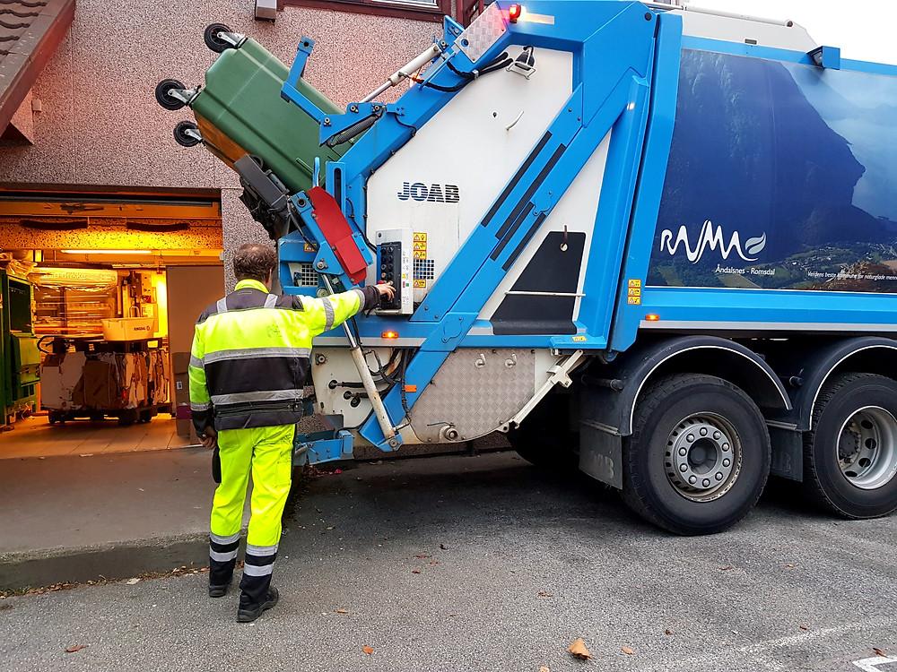 770 liters avfallsdunk tømmes av comprimatorbil.
