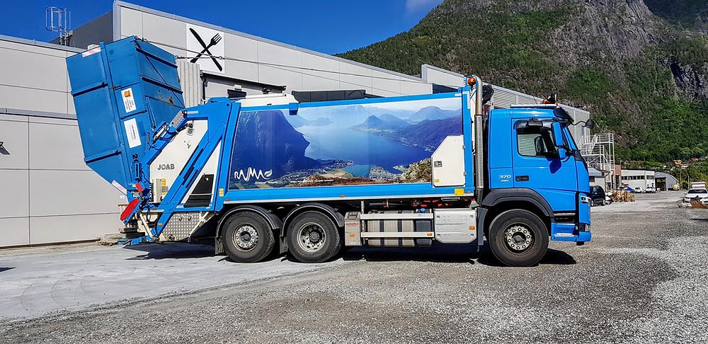 Tømming av container på comprimatorbil.