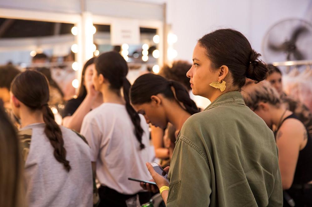 Renata Buzzo observando a preparação dos modelos no backstage - Foto Mucio Ricardo Mattos