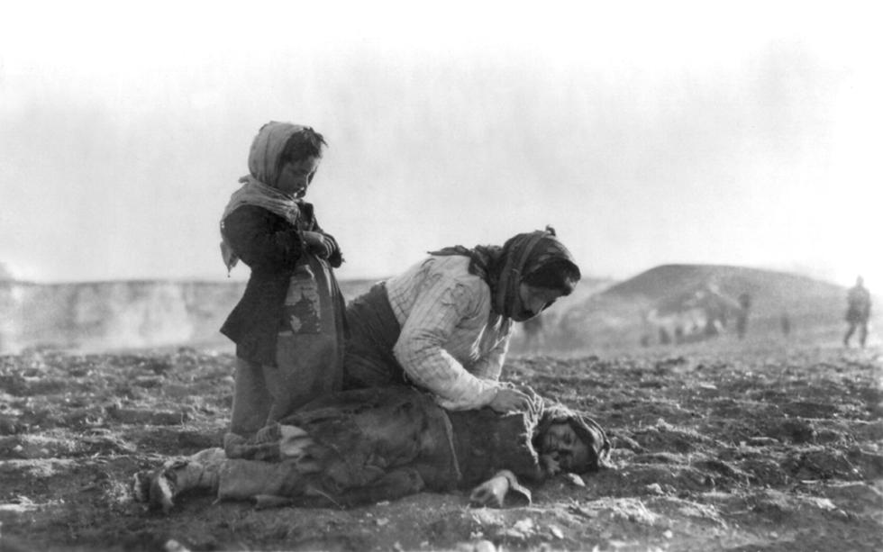 Armenian_woman_kneeling_beside_dead_chil