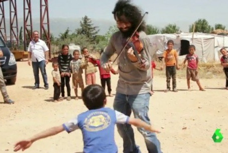 Violinist Ara Malikian Plays for Syrian Refugees
