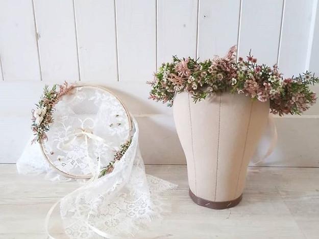 Coroncina di fiorellini e porta fedi su