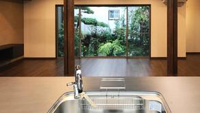 居心地の良いリビング空間~柱・窓・緑~