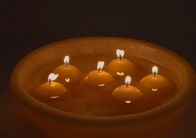 Velas flotantes en bowld de cera