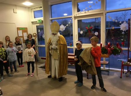 Der Nikolaus überrascht die Mülheimer Kinder in der Schule
