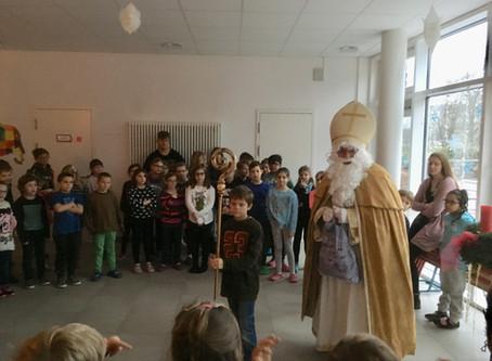 Der Nikolaus überrascht die Kinder in der Schule