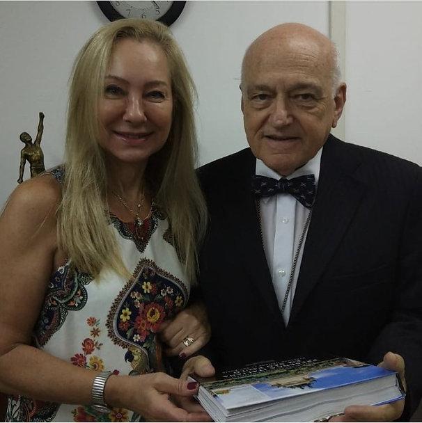 A artista com o Sr. Emanuel L. Massarani - crítico de arte e Presidente do IPH do estado de São Paul