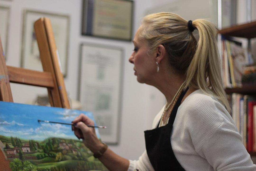 Fatima Marques pintando no atelier
