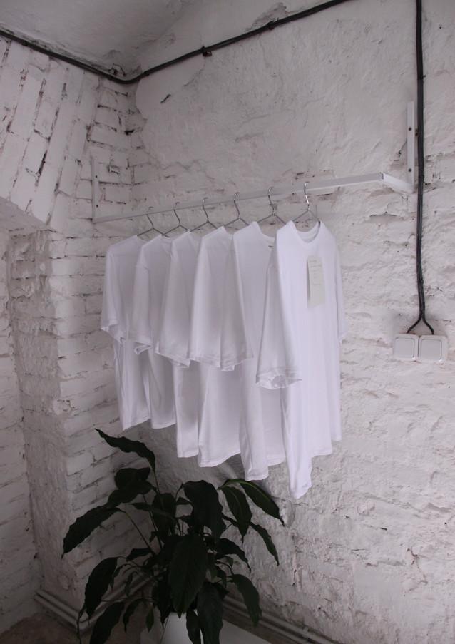 """""""Bílé tričko - symbol fast fashion a nezbytnost v každém šatníku"""" - diplomová práce Anny Vácové, která se snaží o zmapování dopadů na životní prostředí konvenčních materiálů a pozorování chování uživatele. Předmět tak běžný a přitom tak neviditelný. Prototypy AV triček už jsou sice rozerbrány, diplomovou prací tento projekt ale nekončí. Již v červenci budou volně k prodeji vítězové testu."""