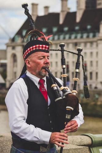 Bag pipes scotland edinburgh.jpg
