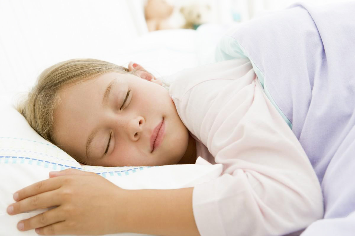 enfant-qui-dort-dans-une-chambre-a-cote-de-celle-de-ses-parents-a-la-maison-hotes-la-sauternaise
