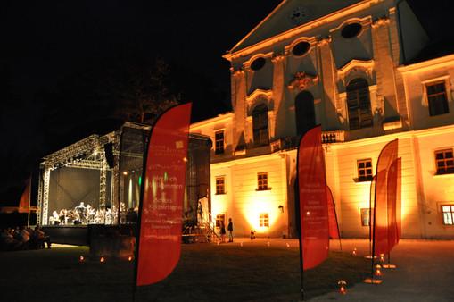 Klassik unter Sternen. Ehrenhof des Schlosses Kirchstetten