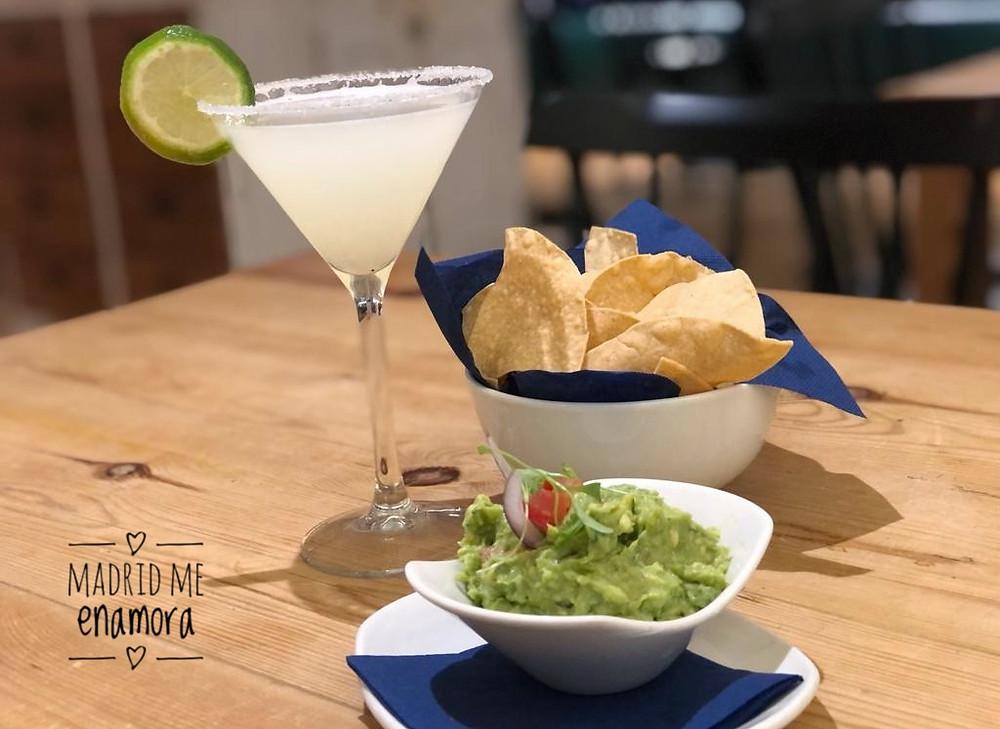 Margarita y guacamole casero con totopos.