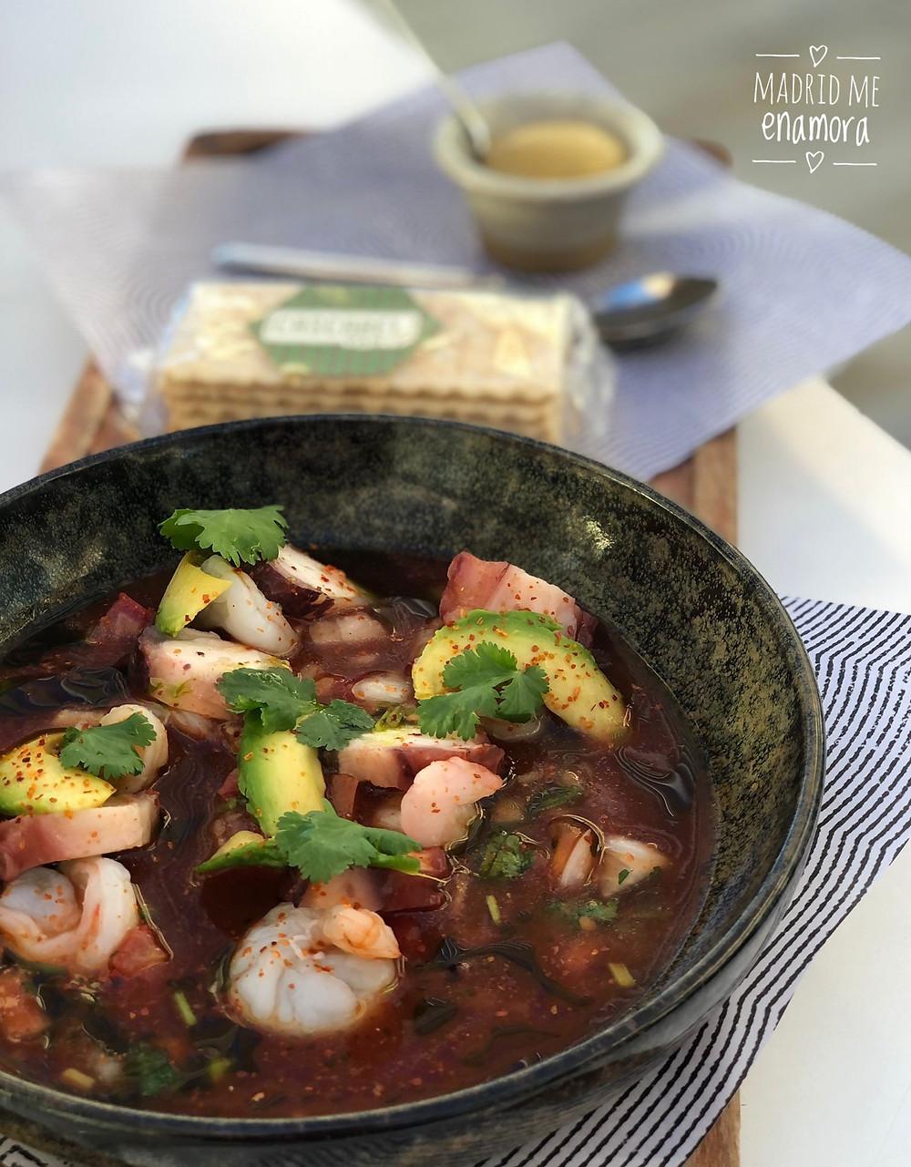 Cóctel Acapulco, con camarones y pulpo marinados en deliciosa sangrita casera de tomate.