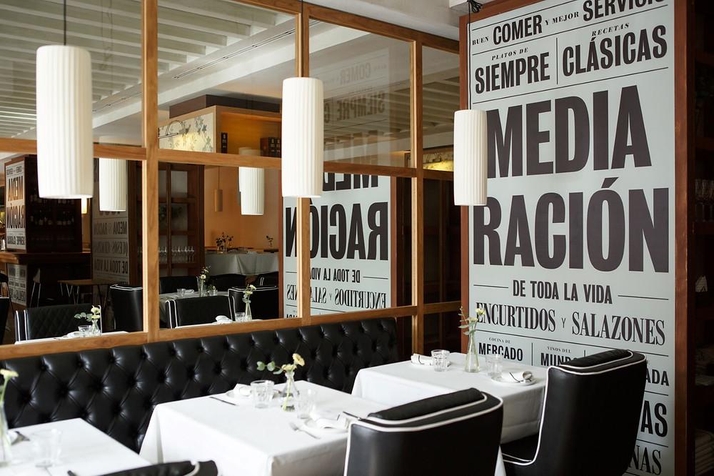 El comedor de Media Ración es acogedor y elegante.