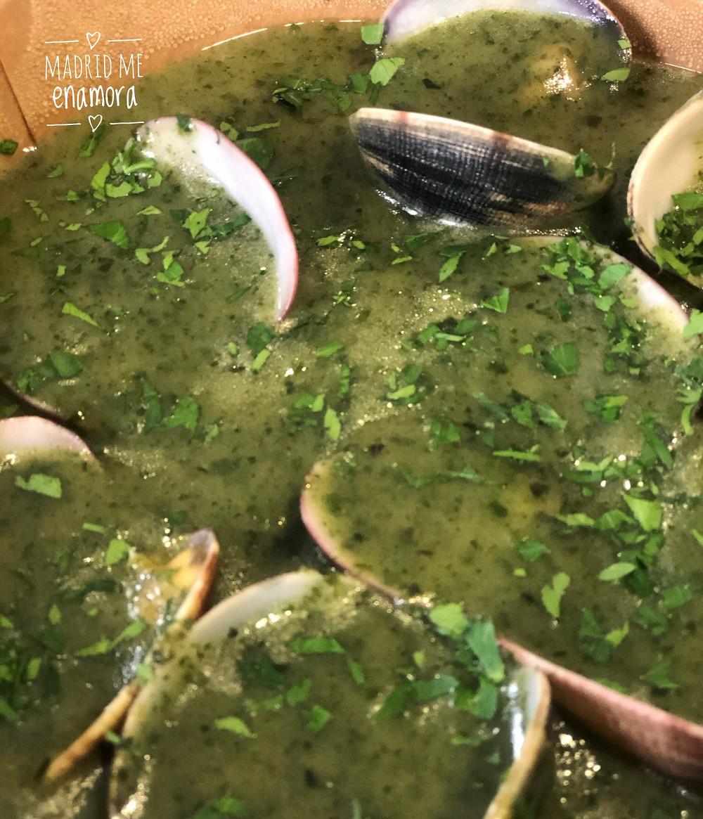 Noodles con almejas al vino tinto en salsa verde de albahaca y anchoa.
