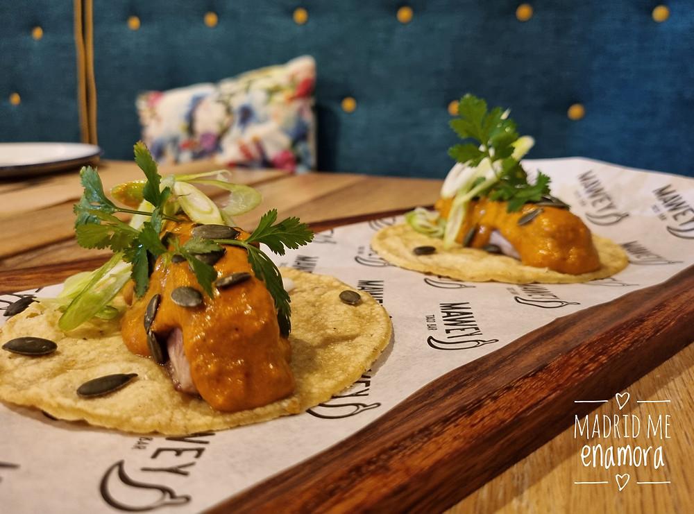 Los tacos de atún con pipián rojo son una de las novedades en Mawey.