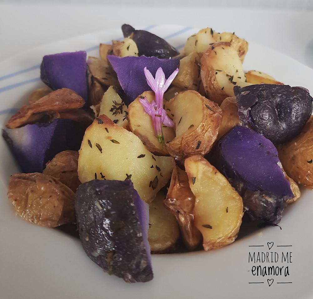 Las patatas bravas de Bowlers con salsas están de vicio.