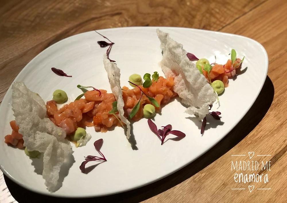 Tartar de salmón en aliño japonés con huevas, crema de aguacate y obleas de arroz crujiente.