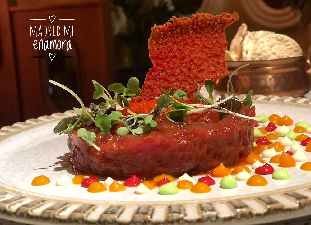 El Tartar de atún con tikka masala es un plato delicioso.