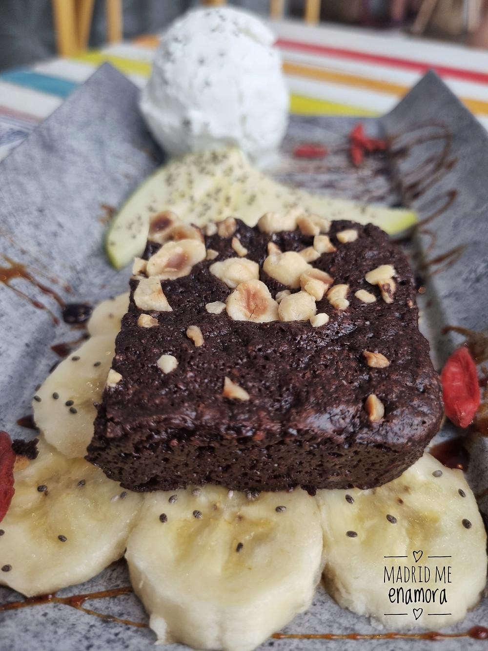 Brownie de chocolate con helado cremoso vegano de vainilla.
