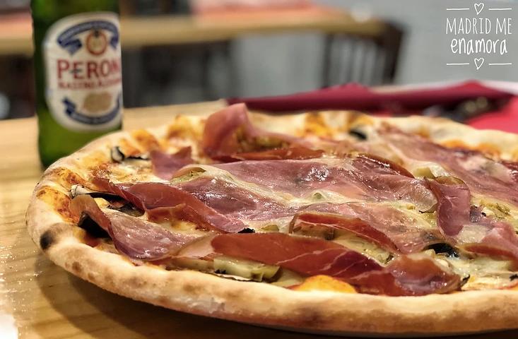 Pizza Porta Portese con tomate, mozzarella, alcachofas, champiñones, jamón serrano y gorgonzola.