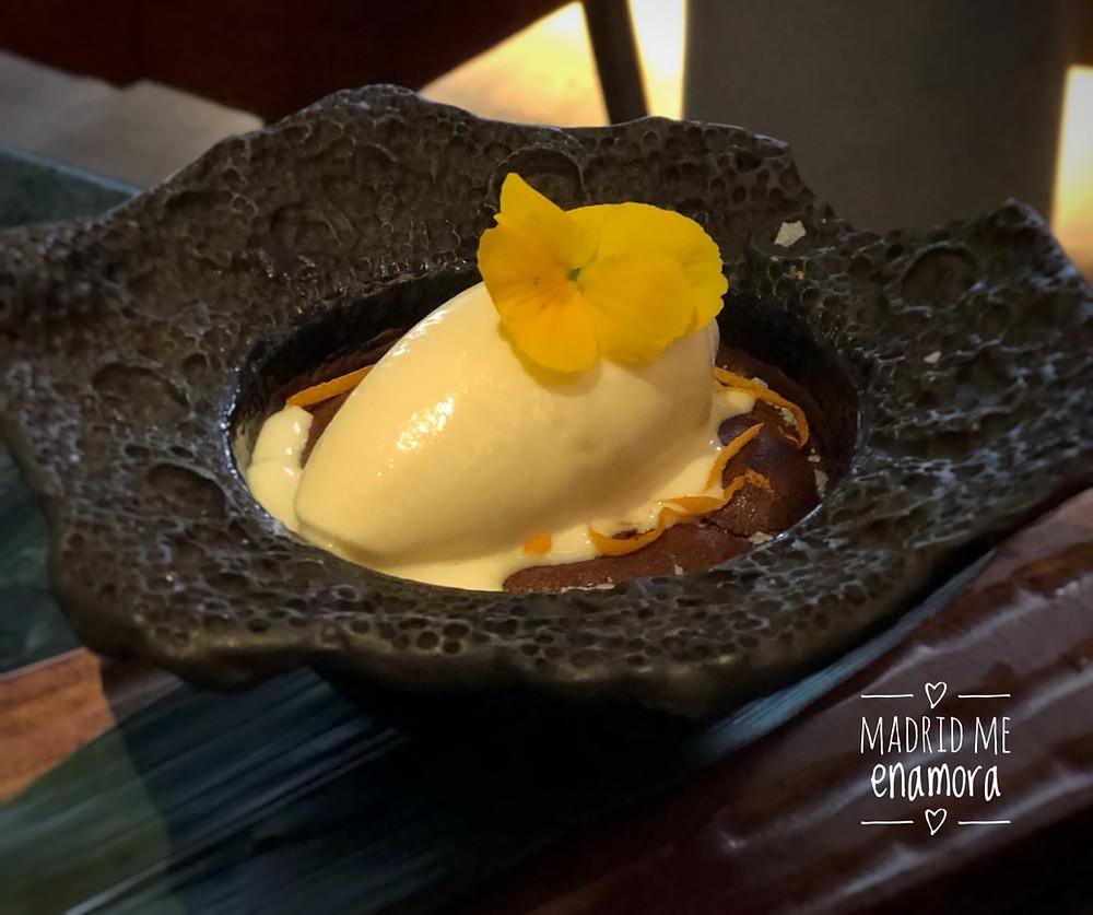 Mousse de chocolate al horno, con helado de choco y yuzu.