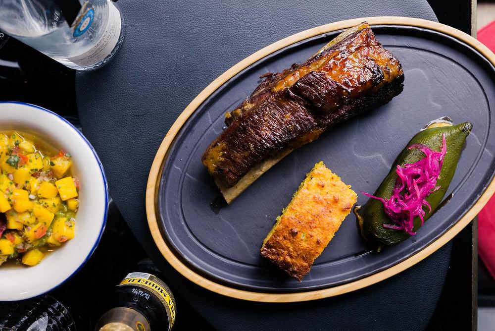 Costilla asada de Sonora con chile relleno y pan de elote.