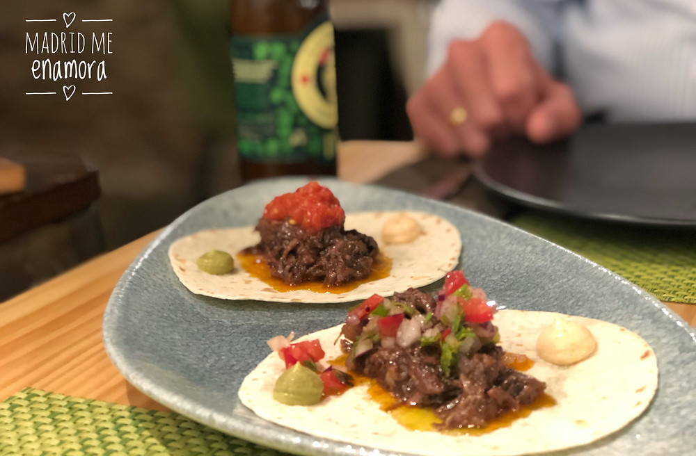 Tacos de rabo de toro, con mayonesa de pimentón de la vera y pico de gallo.