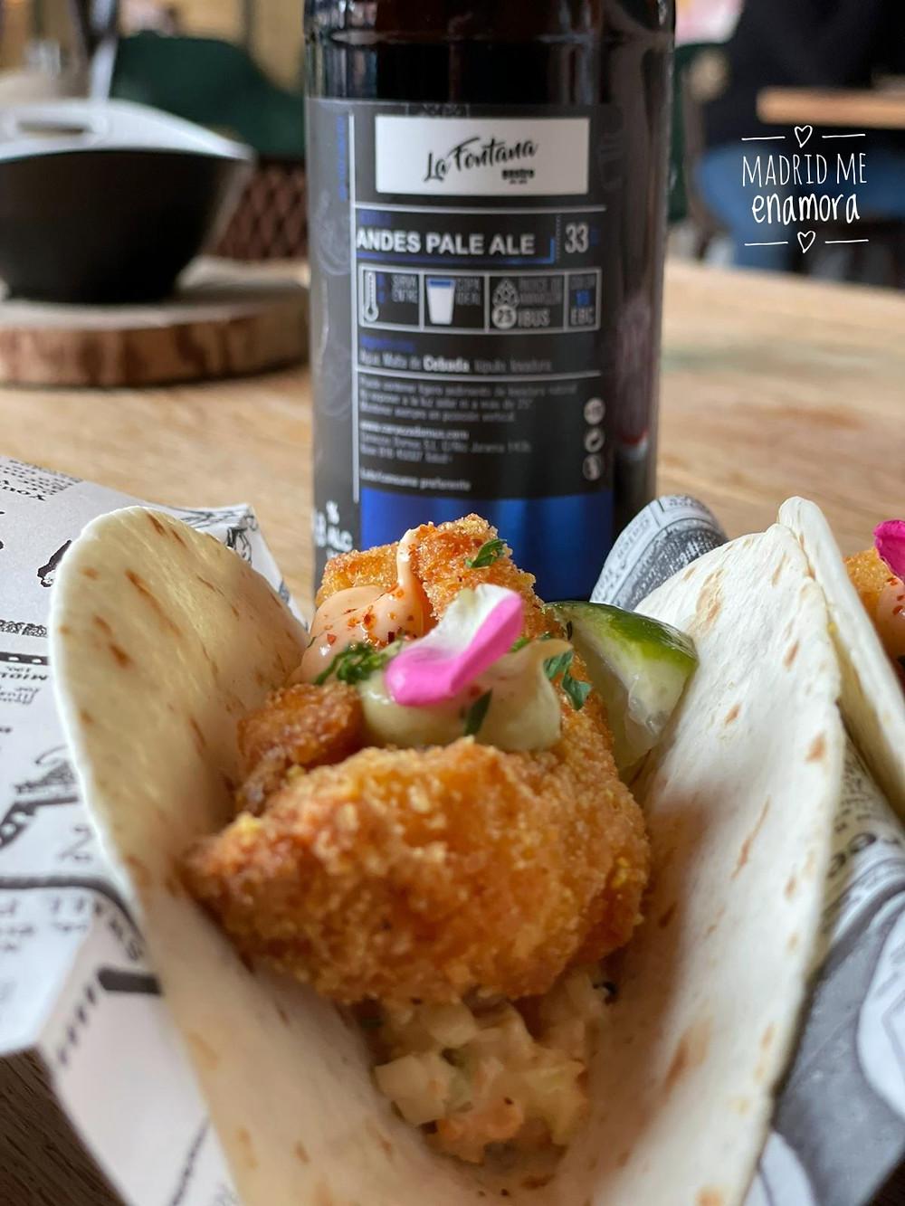 Tacos de langostinos crunch sobre mahonesa de chipotle y coleslaw de sriracha.