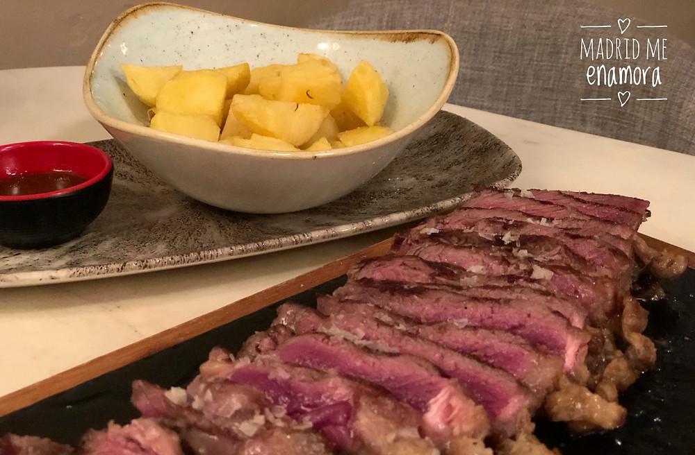 Lomo de vaca madurado acompañado de patatas con mojo.