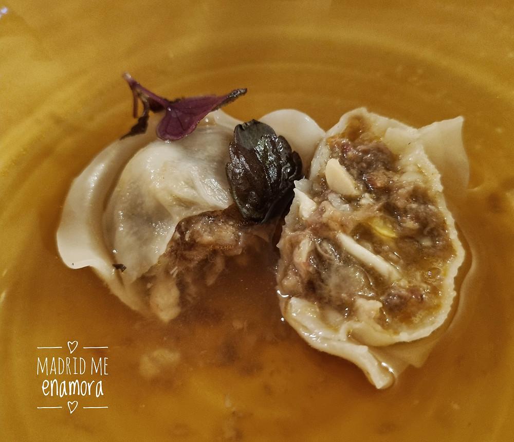 Dumplings de ropa vieja con caldo de cocido.