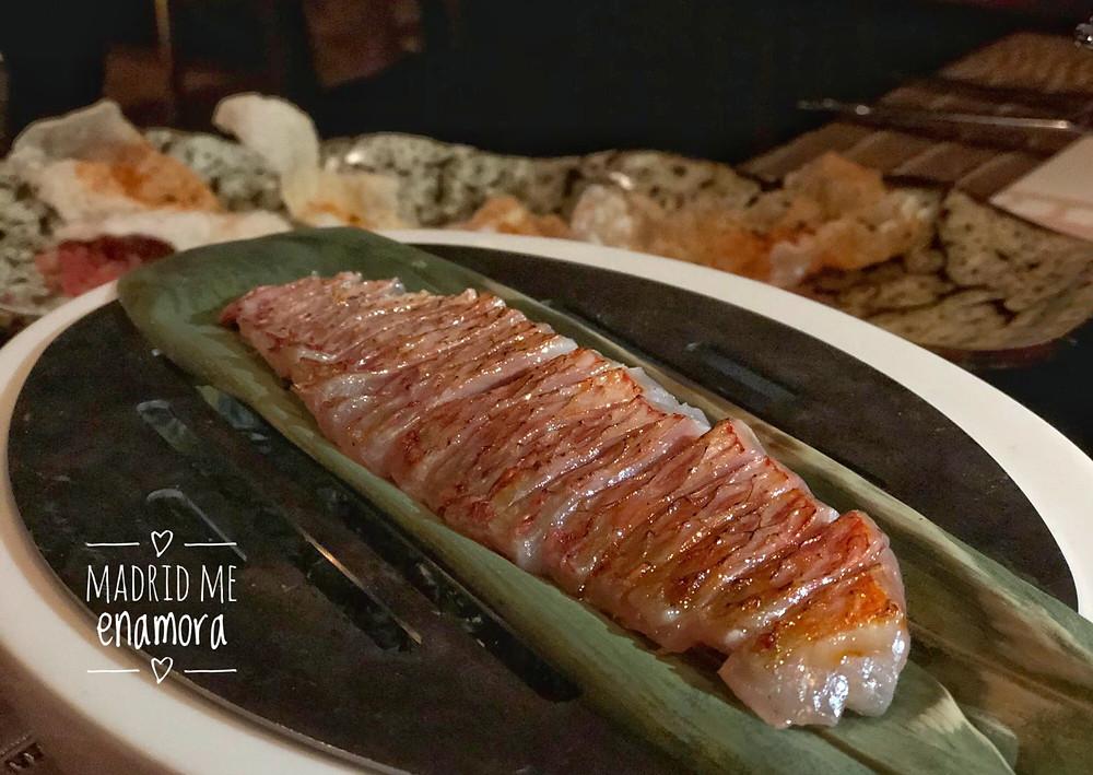 Salmonete del Mediterráneo soasado nikkei acompañado de tomate natural y crunch de arroz.
