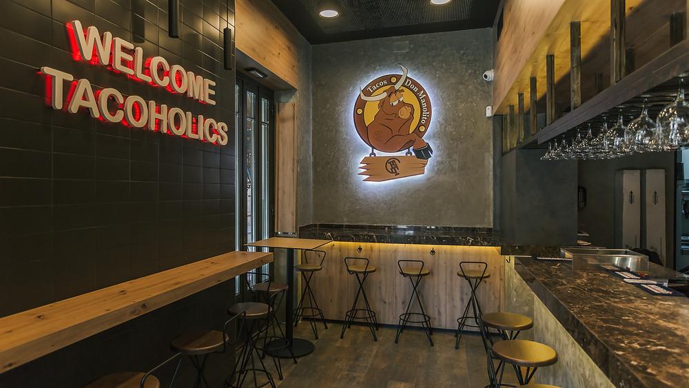 Interior de Tacos Don Manolito.