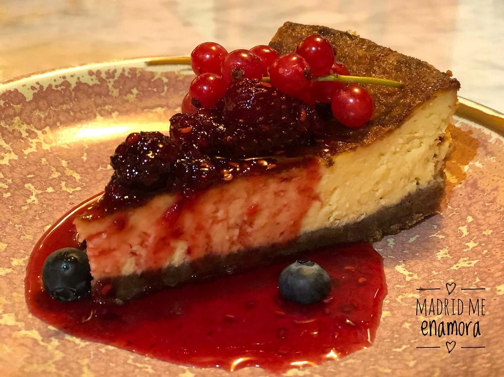 La tarta de queso con frutos rojos está requetebuena.