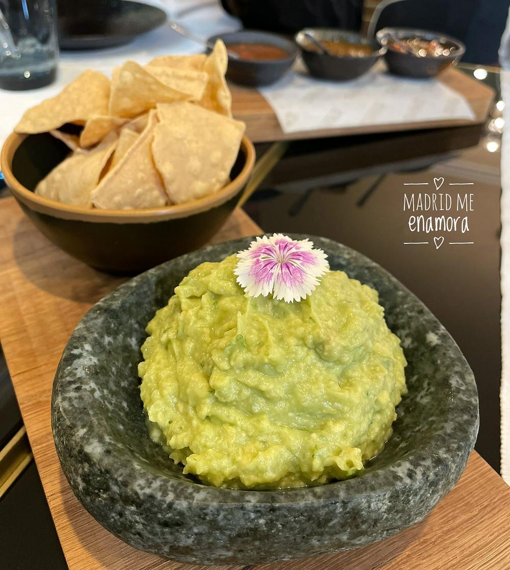 Guacamole casero con nachos templados.